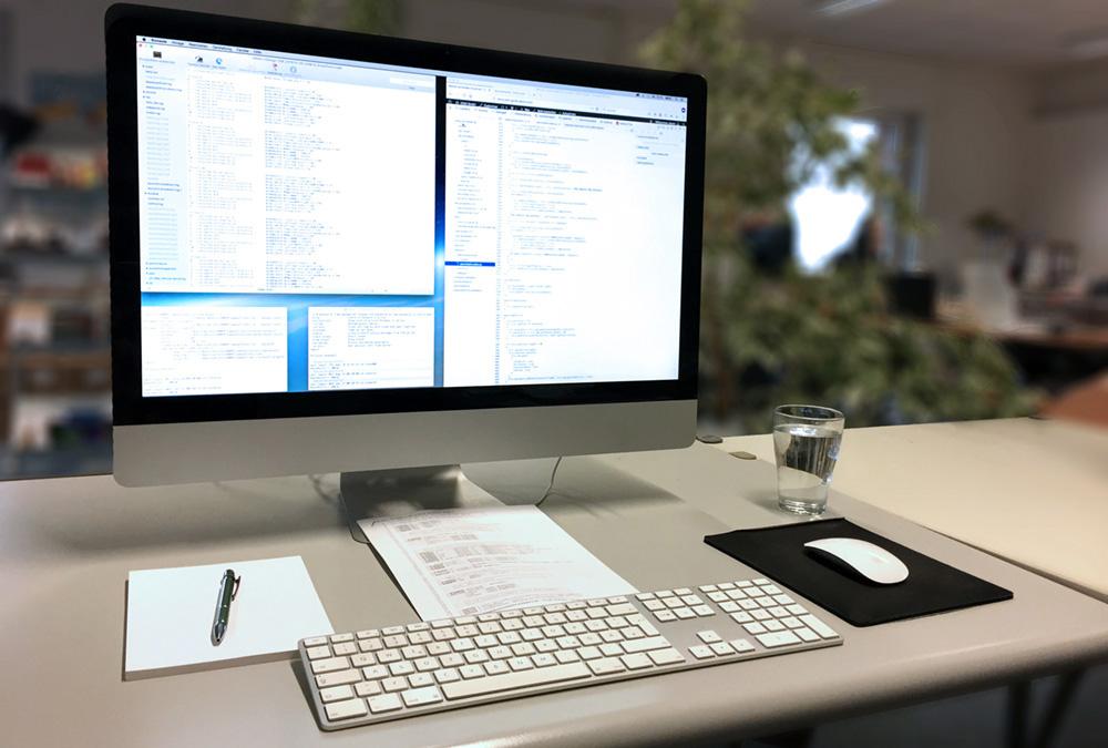 typischer Arbeitsplatz für die Erstellung digitaler und analoger Medien