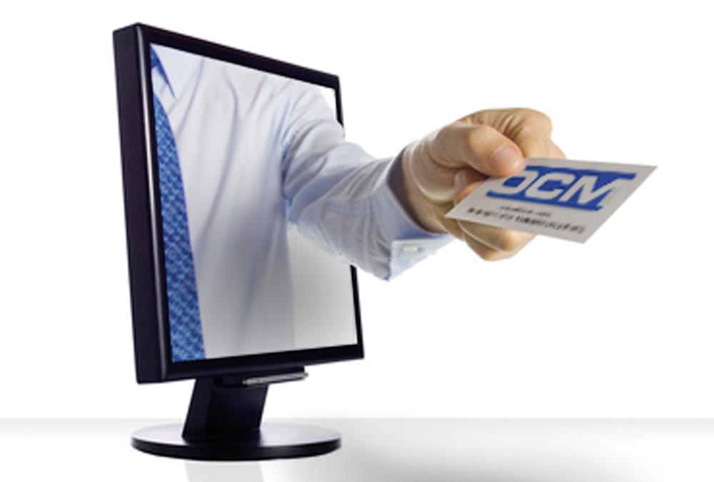 eine Hand mit Visitenkarte kommt aus einem Monitor